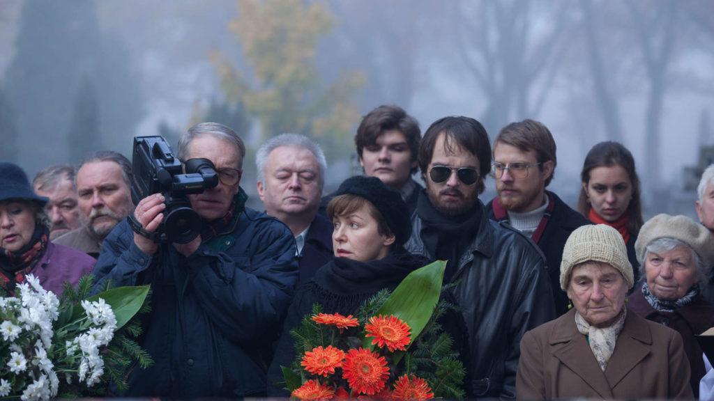 Śmierć jest w życiu bohaterów elementem stałym - tym co intryguje to pod jaką postacią do nich przychodzi