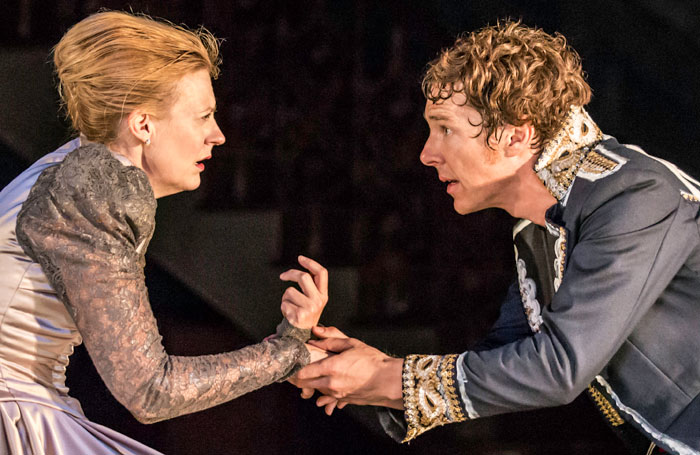 10.-Anastasia-Hille-Gertrude-and-Benedict-Cumberbatch-Hamlet-in-Hamlet-at-the-Barbican-Theatre.-Photo-credit-Johan-Persson