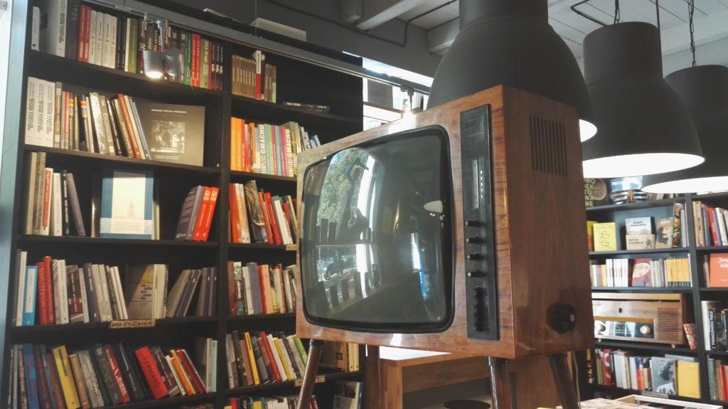 W środku znajdziecie spory wybór książek warsawianistycznych i niezłą półkę z poejzą