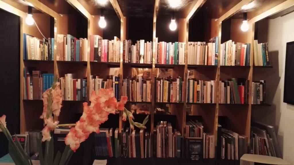 W księgarni znajdzie się też miejsce gdzie można wymienić książki - te przyniesione z tymi już stojącymi na półce