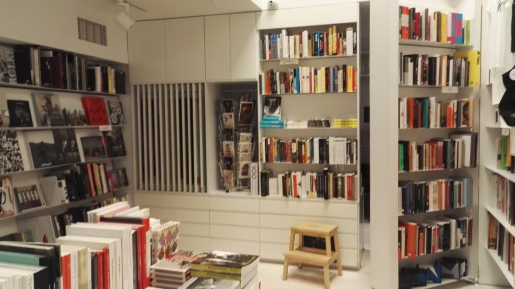 Jeśli ktoś się boi, że to księgarnia tylko dla znawców niech odetchnie z ulgą, pracujący w Artystycznej zespół jest pomocny, otwarty i przesympatyczny