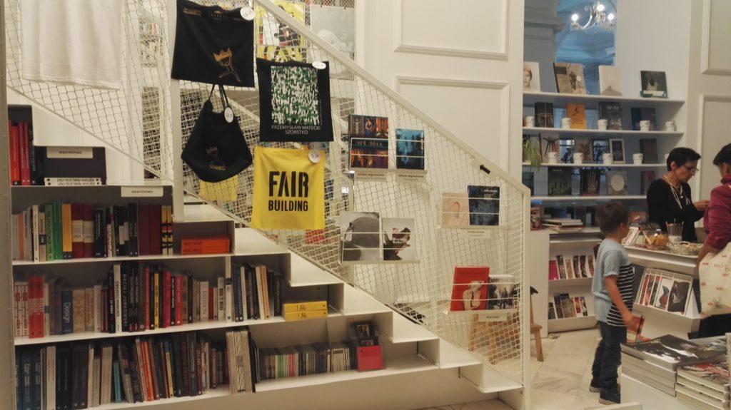 Jak na prawdziwą artystyczną księgarnię przystało obok książek znajdziecie tu plakaty, pocztówki i wszystko czego może zapragnąć odwiedzająca Zachętę dusza