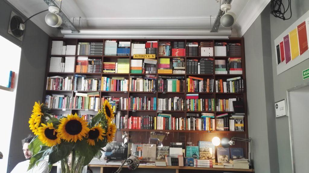 Wystarczy spojrzeć na ścianę książek i człowiek sobie przypomina, że nie starczy życia żeby poznać drugiego człowieka, ale można próbować